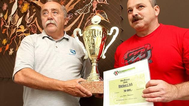 Starosta Braňan Vlastimil Krupka předává šek Petru Theuserovi, reprezentantovi v silovém trojboji.