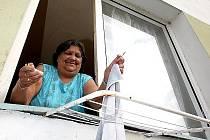 V rámci projektu Úsvit se z bloku 5 na chánovském sídlišti u Mostu stává ukázkový panelový dům. Výrazné zlepšení bydlení si tam pochvaluje i Romka Maria Cvoreňová.