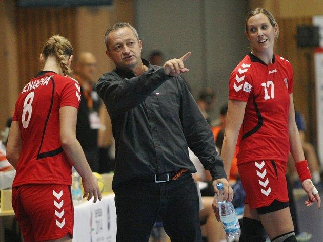 Jan Bašný koučuje své svěřenkyně během zápasu s Portugalskem.