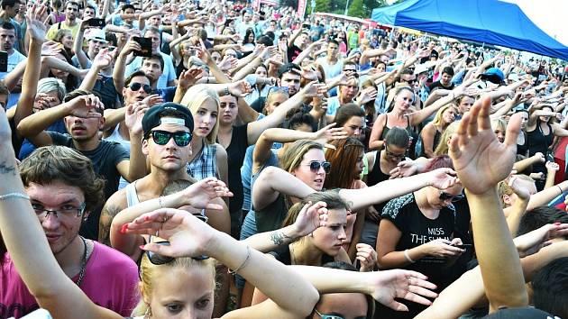 Mostecká slavnost bude opět v září a u kostela. Každý rok ji navštíví podle odhadu v průměru patnáct tisíc lidí. Nejvíce táhnou koncerty. Už tu hrály třeba No Name či Tři sestry.