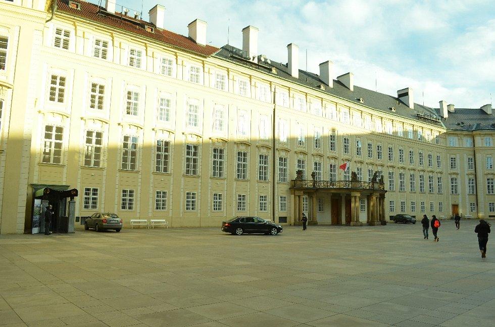 Výstava o Mostecku na Hradčanech. Vstup je zcela vlevo, vedle prezidentského balkonu na hlavním nádvoří Hradčan.