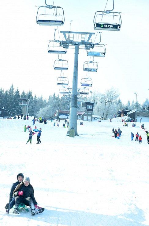Sjezdovku na Klínech v Krušných horách ve středu 30. prosince opět využili rekreanti z různých regionů