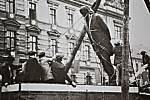 Masarykova socha padá k zemi. V Mostě se o vandalismus postarali nacisté.