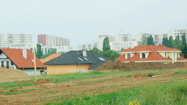 Nové domky se staví  nad rekreačním areálem Benedikt. I zde si mohou lidé pojmenovat sami ulice.
