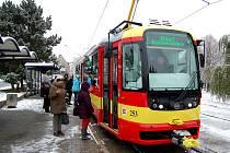 Rekonstruovaná tramvaj svezla první cestující.
