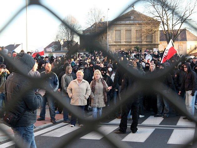 Demonstranti před chráněným vstupem do Janova.