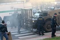 Obrněný transportér policie bránil v průniku do Janova.