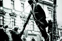 Socha Masaryka jde k zemi na archivním snímku.