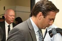 Omar Koleilat vchází do soudní síně v září loňského roku, za ním je Pavel Kouda. Koleilat je v Mostě znám jako tvůrce obchodního domu Central a iniciátor projektu na přestavbu Repre.