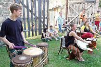 Skupina Taratibu z Chomutova provozující africkou hudbu.