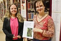 Vedoucí dospělého oddělení Michaela Hrabinská (vlevo) a knihovnice Hana Knolová