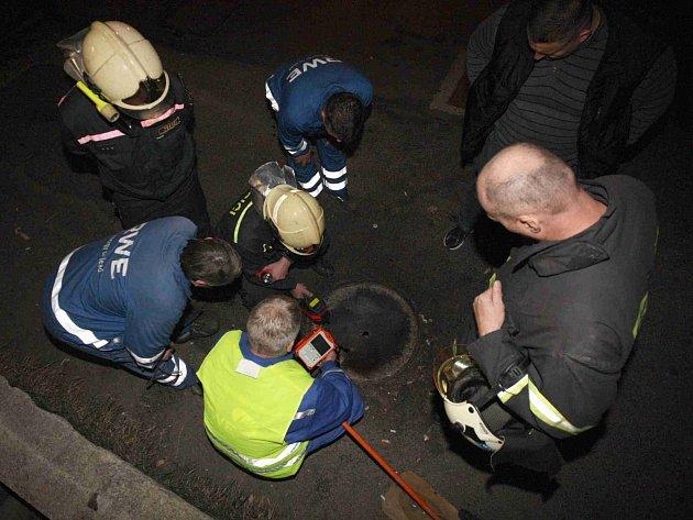 Plynaři s hasiči monitorují koncentraci unikajícího plynu