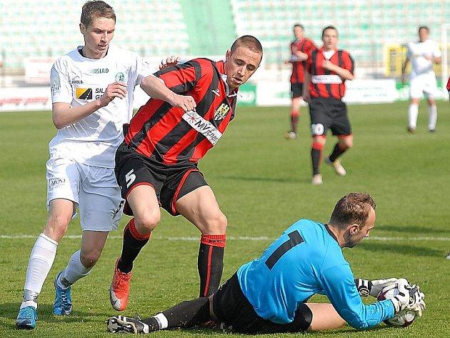 Mostecké fotbalisty (v bilém dresu) čeká v sobotu doma zápas s Duklou Praha.