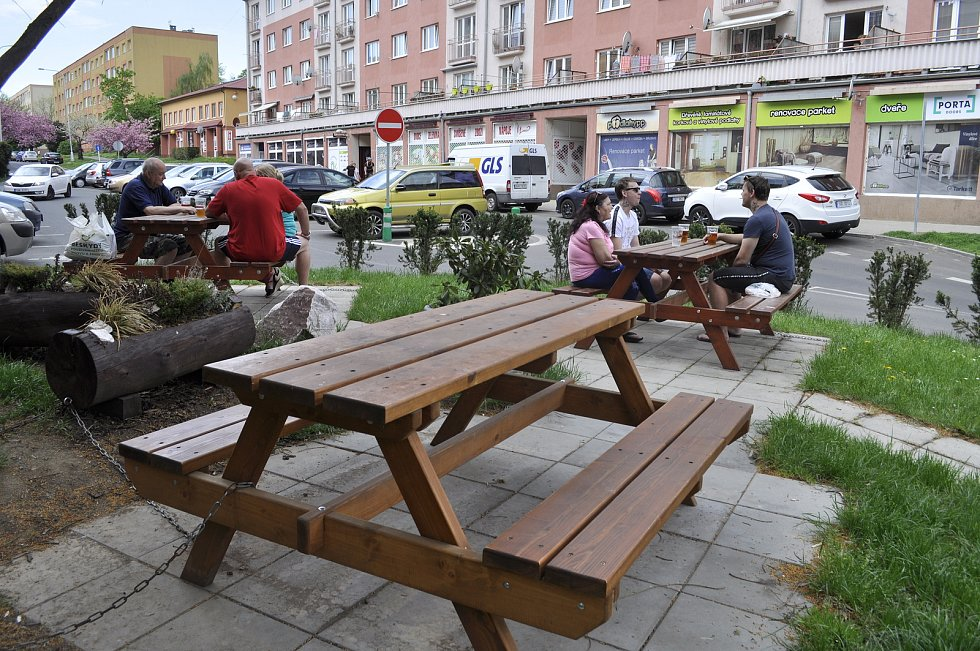 V Mostě zůstala většina zahrádek prázdná, našly se ale restaurace, u kterých navzdory opatřením posedávali lidé.