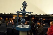 První návštěvníci v planetáriu, které bylo dočasně uzavřeno.