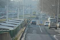 Povrch silnice na třídě Budovatelů v Mostě se má v roce 2020 opravit.
