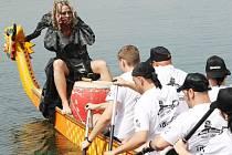 Závody dračíh lodí na Matyldě v roce 2013.