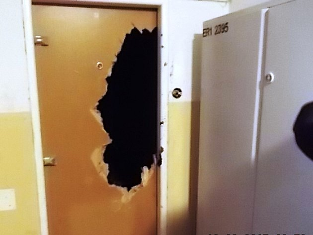 Dveře, které prokopla dívka z Mostu. Tento případ řešili strážníci.