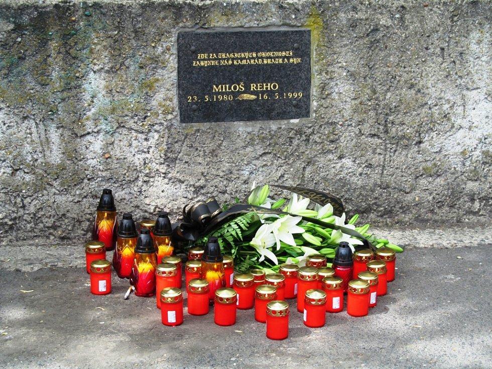 Přívrženci krajní pravice v Litvínově uctili památku Miloše Reha, jehož před sedmnácti lety u litvínovského nádraží smrtelně zranil Rom.
