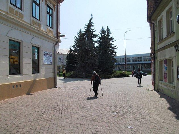 Radní nepodpořili návrh, aby v Kostelní ulici vzniklo malé parkoviště pro tři auta.