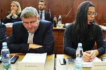 Bývalí koaliční partneři Jiří Zelenka (Severočeši Most) a Berenika Peštová (ANO) na zasedání zastupitelstva 10. září, kde se trojkoalice rozpadla..