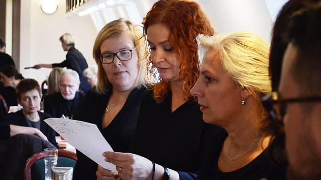 Stávkující pedagogičtí pracovníci z litvínovských škol ZŠ Hamr, ZŠ a MŠ Janov a ZŠ s rozšířenou výukou jazyků se ve středu 6. listopadu sešli na Loučkách, kde přečetli společné prohlášení ke stávce a ke stavu ve školství.