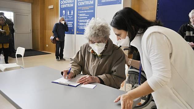 V tělocvičně městské sportovní haly v Mostě začalo ve čtvrtek 22. dubna očkování proti covidu.
