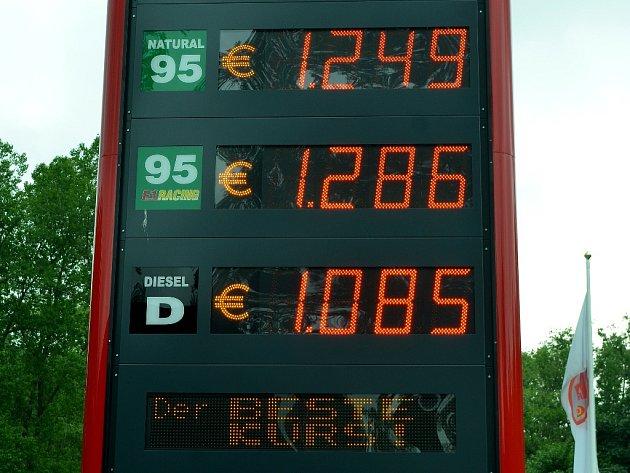 Ceny paliv v eurech na čerpací stanici na hraničním přechodu Brandov (Mostecko)-Olbernhau (Sasko).