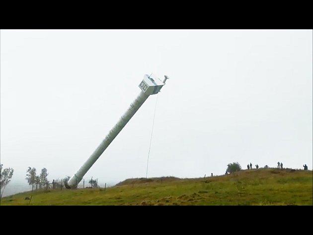 Demolice větrné elektrárny v Krušných horách nad Litvínovem.