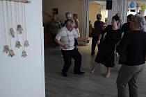 V Klubu seniorů v Mostě se konal ples. Parket byl plný, hrála klasická taneční i moderní muzika včetně rokenrolu.