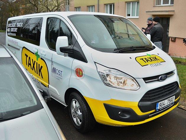 VMostě začal jezdit městský Taxík Maxík pro seniory a tělesně postižené