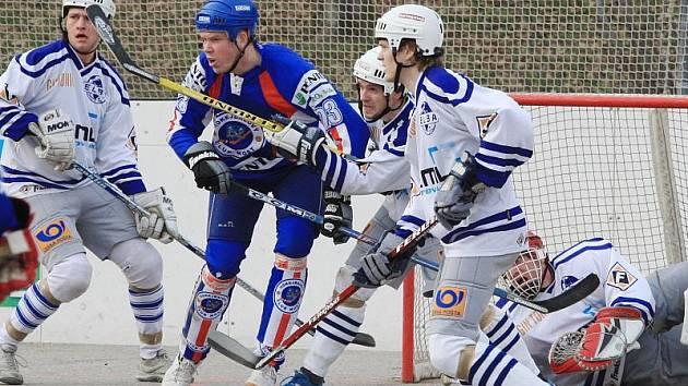 Hokejbalisté Penta Most (v modrých dresech) se utkají v poháru s rivalem z Ústí (bílé dresy).