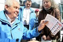 Miloš Zeman se svými příznivci na předvolební akci.