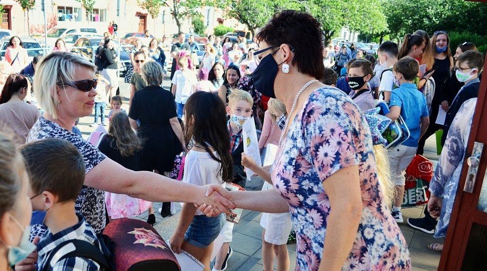 Žáci a rodiče se v úterý 30. června rozloučili s učiteli 11. ZŠ v Mostě