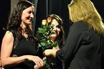 Koncert učitelů ZUŠ F. L. Gassmanna v Mostě. Růže dostávají Jana Papíková a Lenka Jarolímová-Schützová po pěveckém duetu.