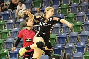 Starší dorostenky Mostu (v černém) útočí na double. Zlato v nejvyšší soutěži a zlato v Česko-slovenském poháru.