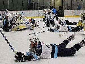 Takhle Mostečtí lvi na konci sezony slavili celkové vítězství v  krajské hokejové lize.