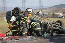Těžká dopravní nehoda dvou osobních a jednoho nákladního automobilu u Nemilkova.
