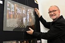 Karel Kulovaný při instalaci snímku pro jednu ze svých dřívějších výstava