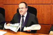 Soudce Ondřej Peřich ukazuje vražedné nástroje.