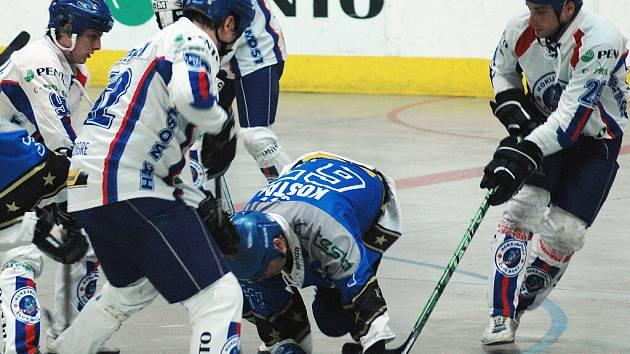 Mostečtí hokejbalisté (v bílých dresech) rozjeli na domácí scéně boje ve čtvrtfinále play – off. Na sever Čech dorazil Letohrad, který v Mostě dvakrát padl 2:4 a 3:6. Do sestavy mosteckého celku se po dlouhém zranění vrátil Slavomír Švancar.