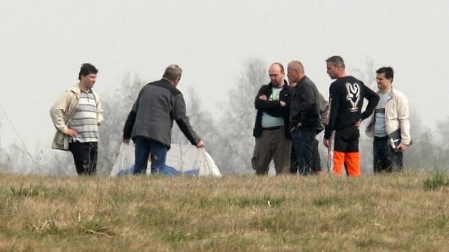 Policisté vyšetřují smrtelnou nehodu parašutisty na letišti u Braňan.