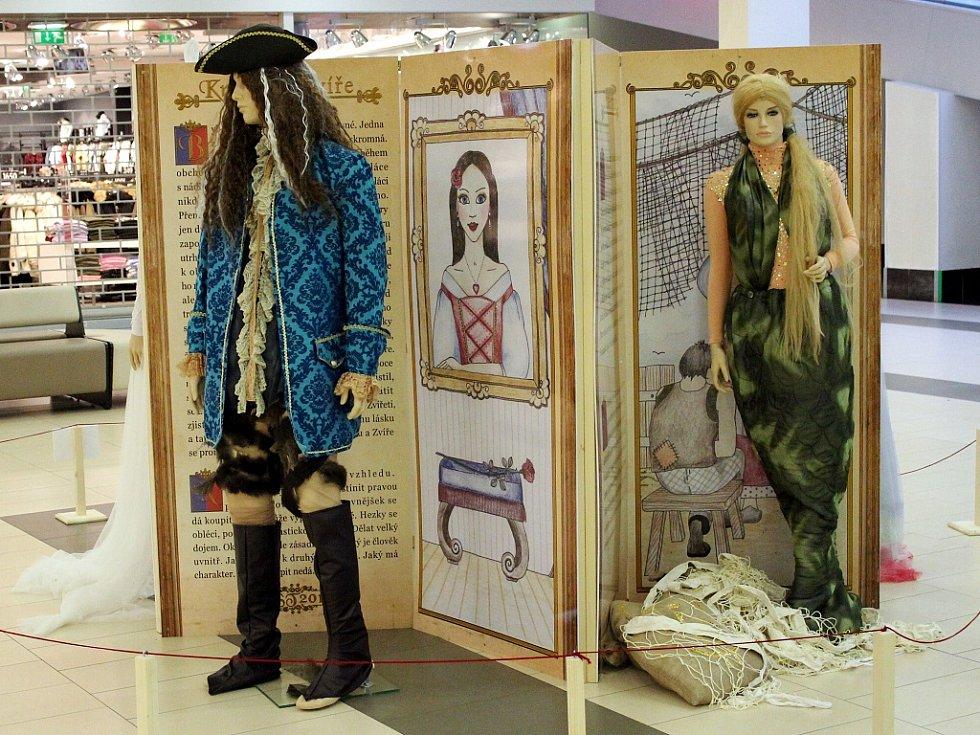Třináct nejznámějších pohádkových postav představuje výstava v mosteckém Centralu