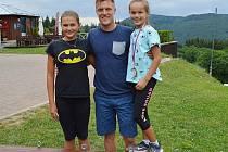 Bývalý špičkový krasobruslař Tomáš Verner přijel za mladými sportovci na Klíny.