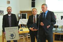 Fakultní školou přírodovědecké fakulty ústecké univerzity byla Schola Humanitas oficiálně jmenována minulý týden na začátku zasedání zastupitelstva. Od děkana Jaroslava Pavlíka (uprostřed) titul převzal ředitel školy Ladislav Turbák (vpravo).