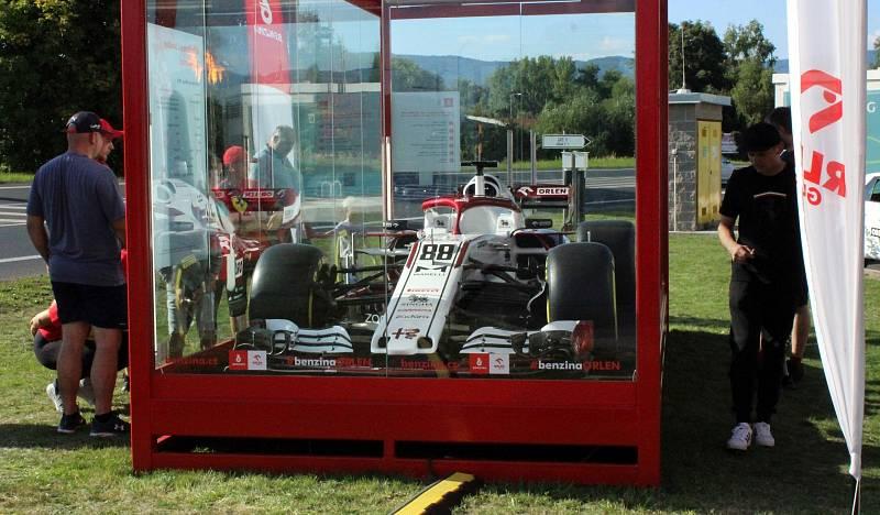 Fanoušci obdivují monopost F1. Jeho turné bude pokračovat z Litvínova do Hradce Králové.