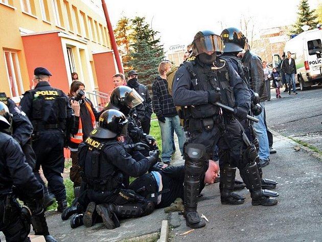 Policie během pondělních protestů pravicových radikálů v Litvínově zadržela 15 lidí, dvanáct z nich v úterý obvinila z trestných činů. Policie zadržuje jednoho z protestujících.