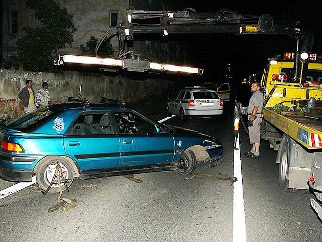 Pro havarovanou mazdu si přijela v noci do Havraně odtahovka. Řidiči ani dvěma spolujezdcům, kteří se údajně vraceli z diskotéky, se při nehodě nic nestalo.