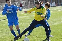 Fotbalisté Souše (v modrém) nestačili na Žatec.