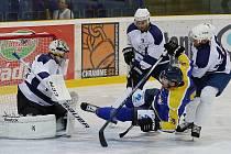 Takhle začínali mostečtí hokejisté loni - derby v Ústí. Letos začnou stejně, ale Ústí přivítají v prvním kole doma.